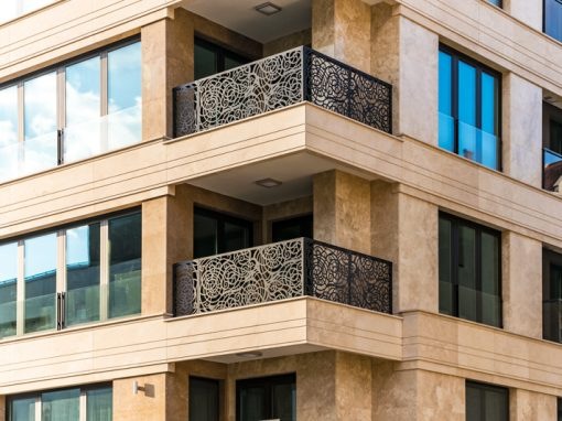 Residential building ventilated facade with travertine